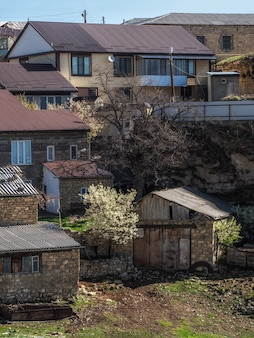 岩の上の街。フンザフの本物のダゲスタン山の村。多くの家が互いに近くに、密接に建てられました。ロシア。