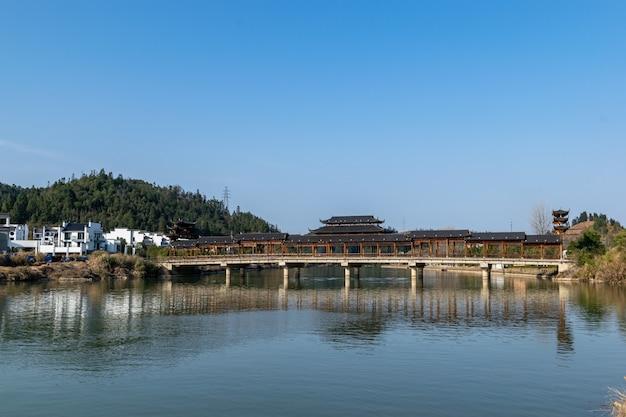 강에 반사된 도시의 건물들