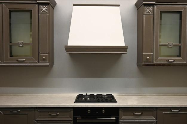 Классический дизайн кухни из темного дерева с вытяжкой в стиле ретро