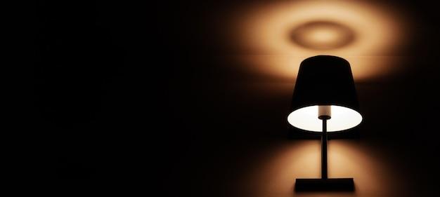 벽에 걸린 램프의 고전적인 조명은 벽지 또는 검은 배경에 적합합니다.
