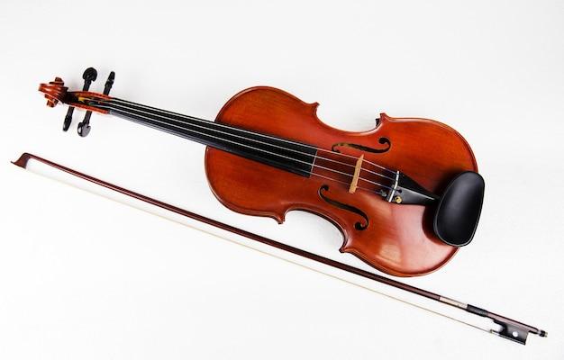클래식 바이올린과 활 흰색 배경에 넣어