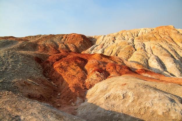 Глиняный карьер напоминает космический пейзаж. уральский марс. пейзаж свердловской области в россии. вид сверху на холмы из огнеупорной цветной глины.