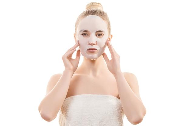 Чистая маска для лица на красивой женщине на белом фоне