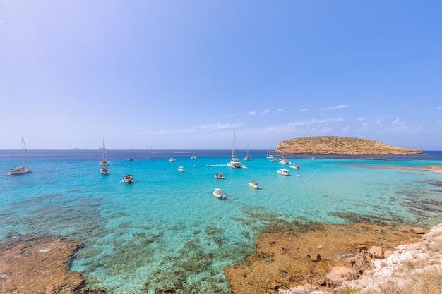 Чистейшее бирюзовое море у побережья cala escondida