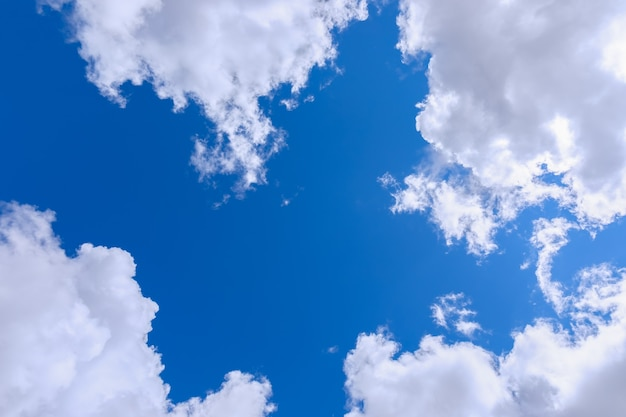 美しい織り目加工の雲に囲まれた最も澄んだ青い空