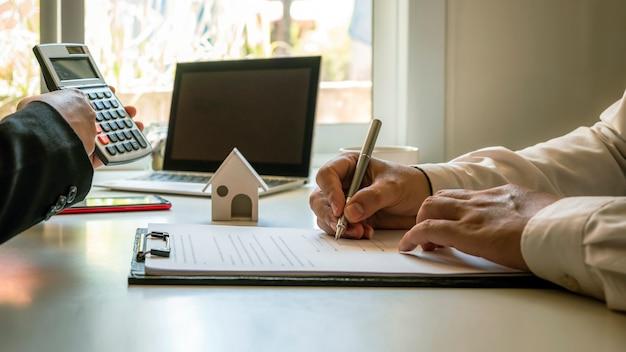 클라이언트는 승인된 모기지 요청 양식, 주택 모기지 대출 아이디어 및 주택 보험으로 부동산 계약에 서명하고 있습니다.