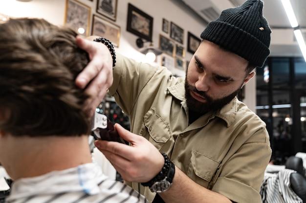 クライアントは美容院でヘアカットとヘアスタイリングを受け取ります。理髪師はクライアントにサービスを提供します。