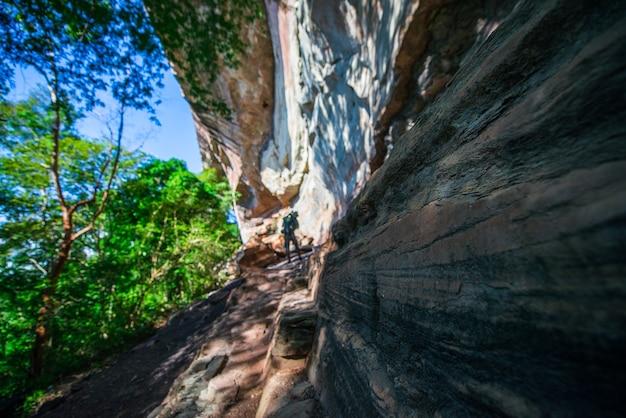 崖は、それがパターン化されるまで自然の侵食によって引き起こされます。