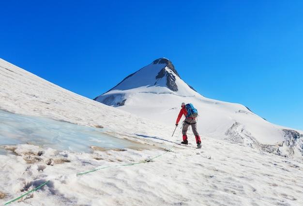 雪に覆われた高い山々に登る