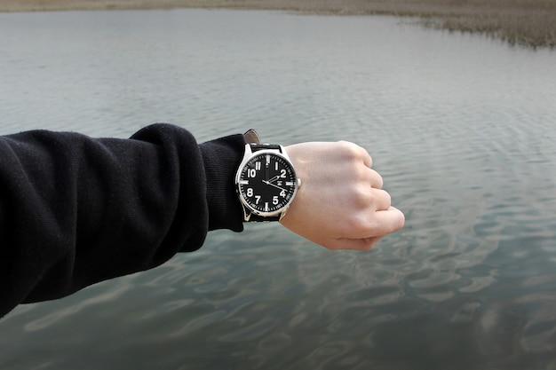 川の横にある時計