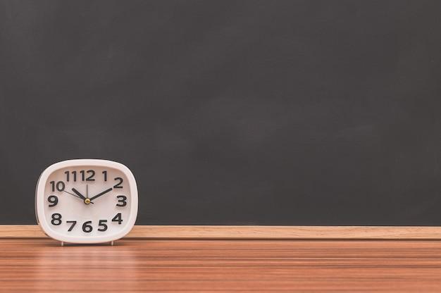 Часы на столе