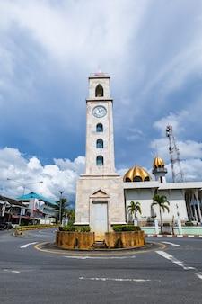 Башня с часами была построена на кольцевой развязке для посещения мечети.