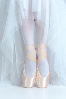 Крупным планом ноги молодой балерины в пуантах