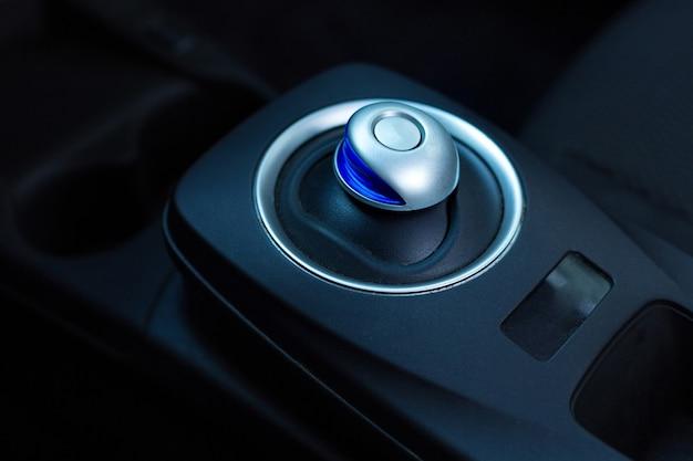 전기를 에너지 원으로 사용하는 자동차의 검은 하이테크 고급 기어 박스의 클로즈업