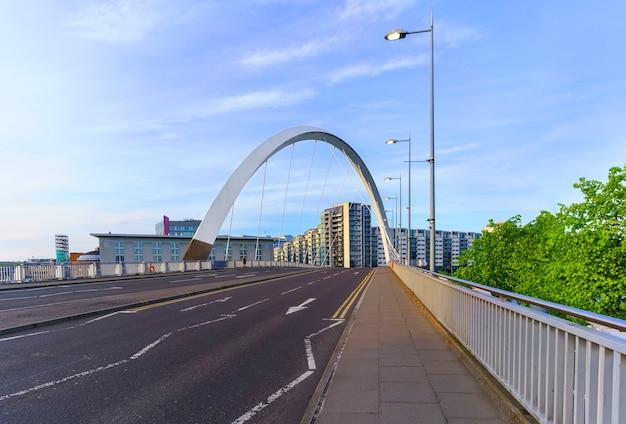 영국 스코틀랜드 글래스고에서 황혼에 클라이드 강을 건너는 클라이드 아크 다리 또는 스퀸티 다리