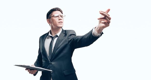Тренер проводит мозговой штурм. он стоит со списком в руках и жестами предлагает новые идеи. бизнес-концепция.