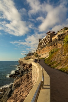 Прибрежная набережная от пуэрто-рико до амадорес, гран-канария, канарские острова, испания