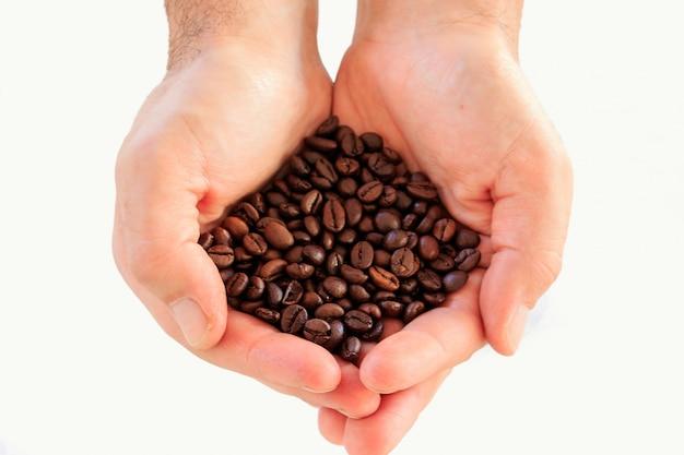 Кофе в зернах в руках