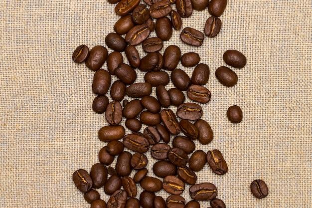 빈티지 리넨 배경에 커피 콩