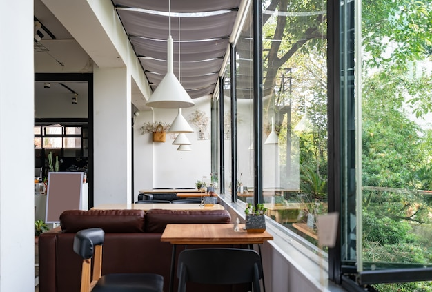정원에있는 커피 숍은 리조트 호텔에 있습니다.