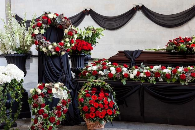 Гроб украшен различными цветами.