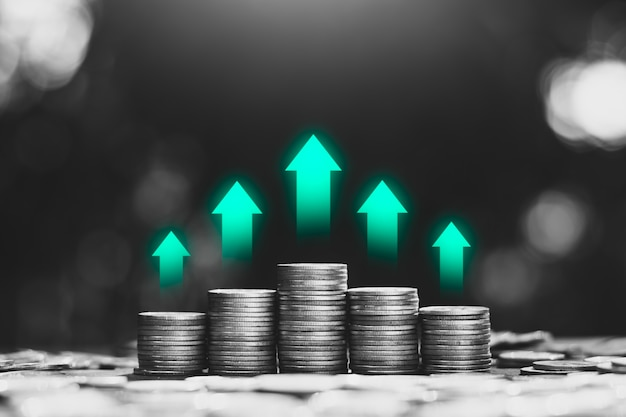 동전은 금융 성장 개념의 상단에 녹색 기술 아이콘으로 쌓여 있습니다.