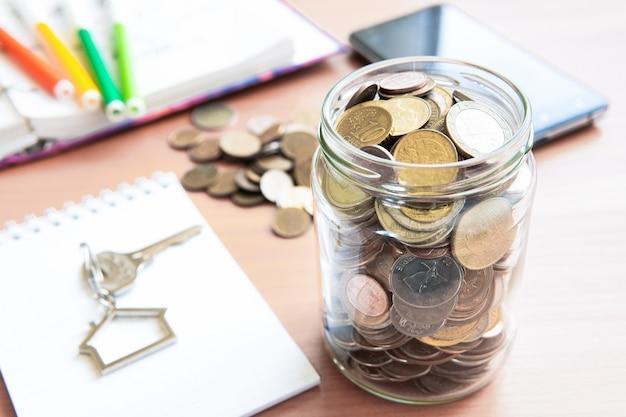 コインは、資金を蓄積するためにガラスの瓶に保管されています