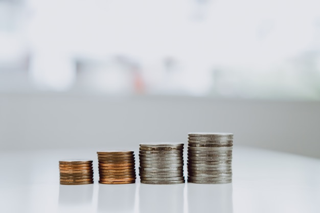 テーブルに置かれたコインは、ビジネスの経済成長率を表す行です
