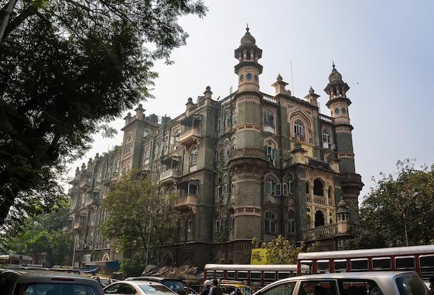 Колониальная архитектура индийского мумбаи. красивое старое здание на улице в старом бомбее. индия.