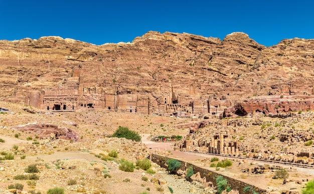 列柱道路とペトラの王家の墓-ヨルダン