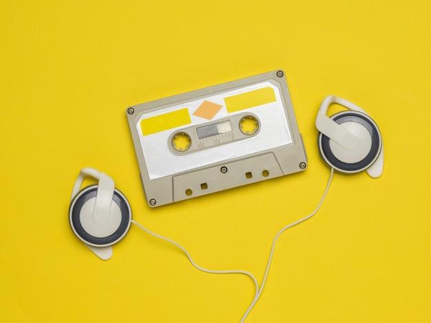 カラートレンド。黄色の背景にテープレコーダーとヘッドフォン。