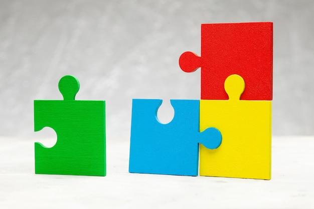Цветная часть пазла. концепция поддержки команды и помощи партнера.