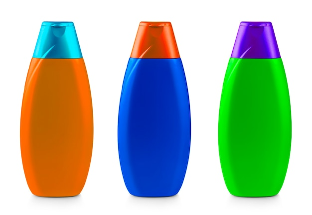 Цветные пластиковые бутылки шампуня, изолированные на белом фоне