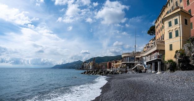 Разноцветные дома морской деревни камольи на итальянской ривьере недалеко от портофино