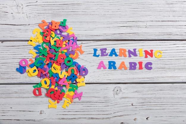 Красочные слова арабский с красочными буквами на белой деревянной доске