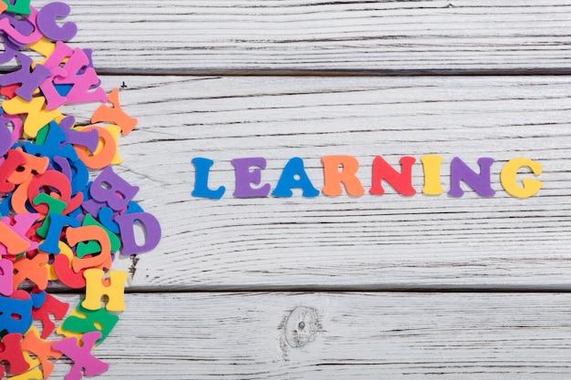 Изучение красочных слов с красочными буквами