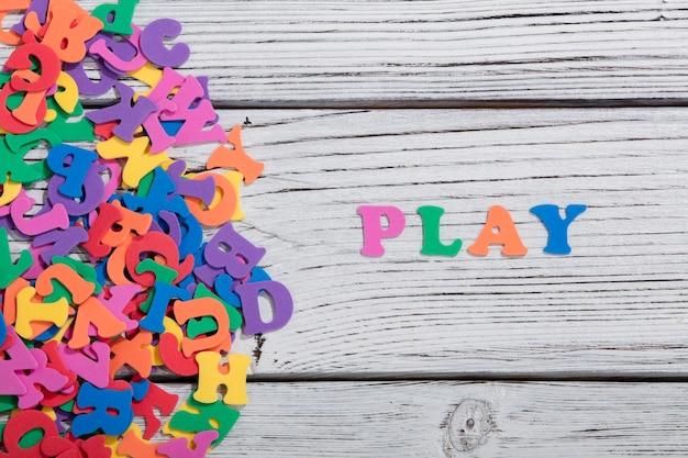 Красочная игра слов из разноцветных букв