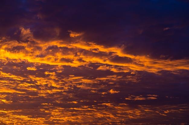 空に燃える夕日の色