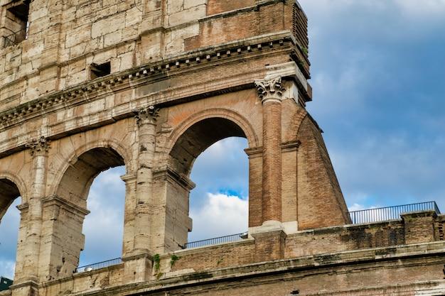 コロッセオと夏の日の同名の広場、ローマ、イタリア。