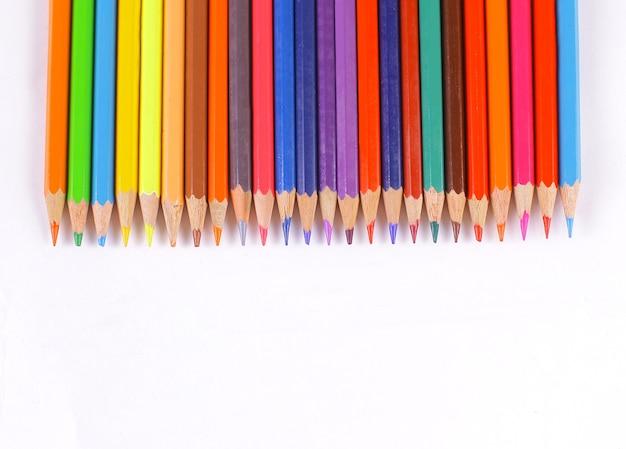 색연필은 흰색 테이블 위에 놓여 있습니다.