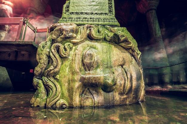 이스탄불 터키 바실리카 수조에 거꾸로 된 메두사 머리 받침대가 있는 기둥