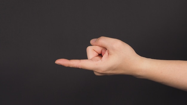 Знак come hither hand на черном фоне. используйте его, когда хотите, чтобы кто-то подошел.