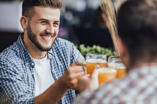 회사는 맥주 잔으로 즐거운 시간을 보냅니다.