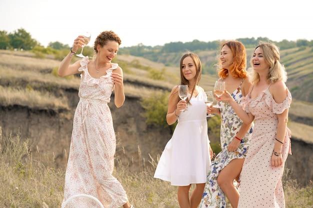 Компания великолепных подруг, весело проводящих время и наслаждающихся летним пикником