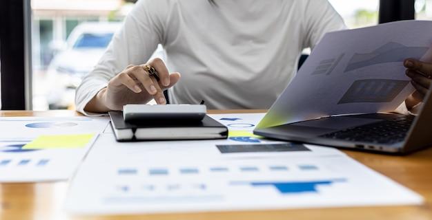 회사의 재무 관리자는 계산기를 사용하고 있으며 부서 직원이 회의 문서로 만드는 회사 재무 문서의 숫자를 계산기를 사용하여 계산합니다.