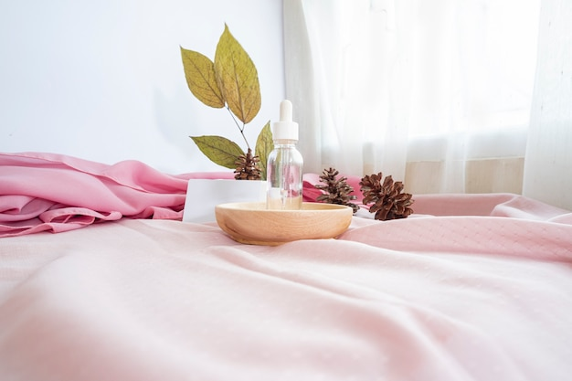 컴포지션은 제품을 표시합니다. 나무, 천, 소나무 꽃, 말린 잎으로 장식된 제품을 전시하기 위한 배경. 제품을 특징으로 하는 미니멀한 구성
