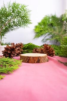 構成は製品を表示します。トウヒの葉の装飾が施された丸い古い木。夏の商品展示のアイデア