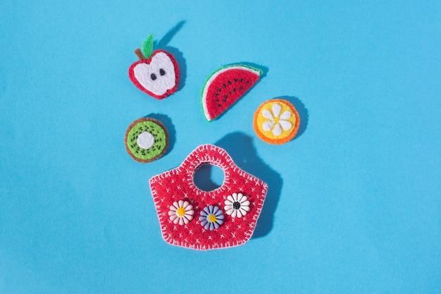 음식과 과일의 형태로 펠트로 만든 공예품의 구성. 취미와 다채로운 공예품. 위에서 봅니다.