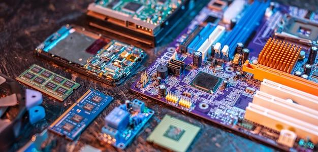 Конфигурация компьютерного оборудования выложена на темном фоне.