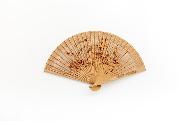 Концепция бамбукового вентилятора на белом фоне
